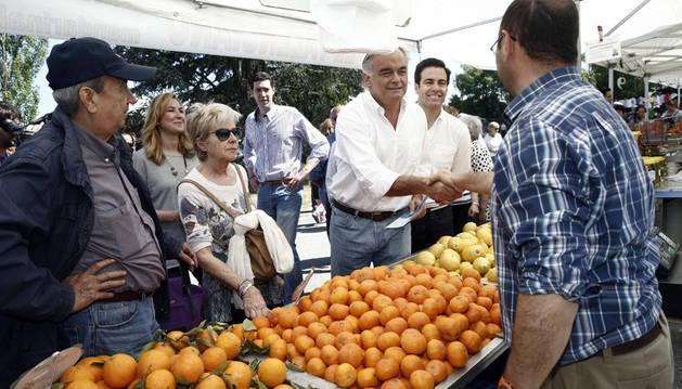 Ana Beltrán, Pablo Zalba y González Pons visitan el mercadillo de Landaben.