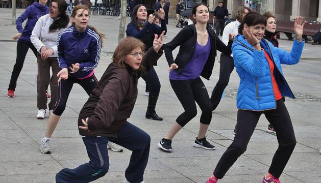 La socialista Maite Esporrín (a la derecha) bailando zumba en la Plaza del Castillo.