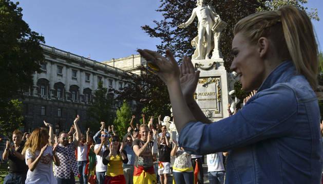 Edurne aplaude el baile de sus fans.