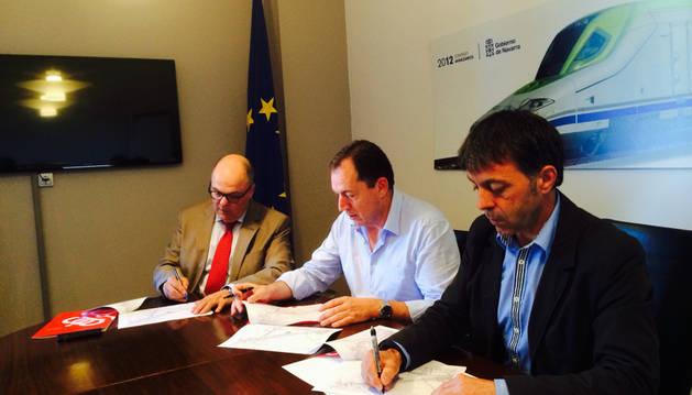 Firma del convenio entre el Valle de Egüés y Fomento.