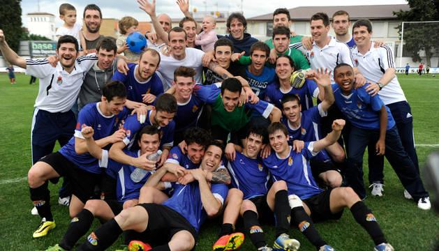 Jugadores, entrenadores y familiares celebran la conquista del título tras el partido contra el Valtierrano.