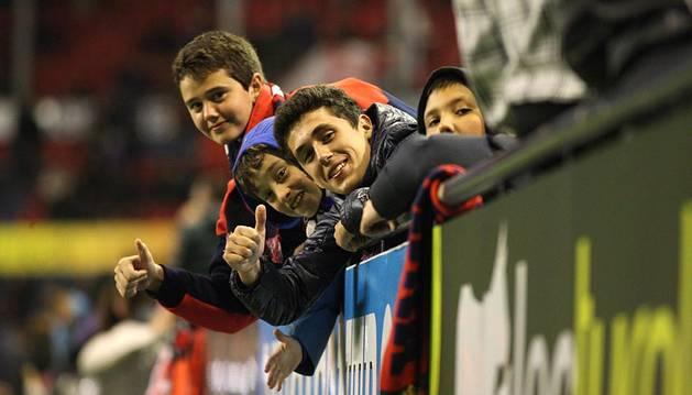 Imágenes de los aficionados que acudieron a El Sadar al encuentro entre el C.A. Osasuna y la U.D. Las Palmas en el estadio de El Sadar.