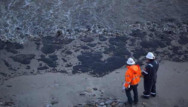 Vertido de petróleo en la costa de California