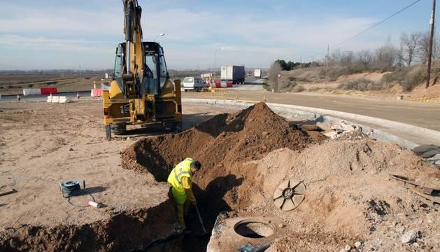 Un obrero realiza trabajos en la rotonda de acceso en la NA-126.