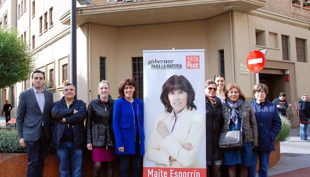 Maite Esporrín y su equipo, ante el mercado del Ensanche.