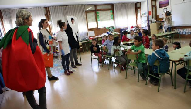Alumnas del ciclo de Higiene Bucodental disfrazadas de tomate o muela.