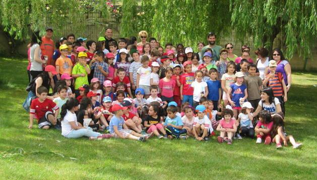 Niños y maestros de Sesma, durante la plantación del día del árbol.