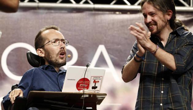 El secretario general de Podemos, Pablo Iglesias (d), junto al candidato de Podemos a la Presidencia del Gobierno de Aragón, Pablo Echenique.
