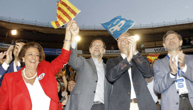 Mariano Rajoy (c), junto a la alcaldesa de Valencia, Rita Barberá, (i); el candidato a la Presidencia de la Generalitat, Alberto Fabra (2d), y el alcalde de Castellón, Alfonso Bataller.