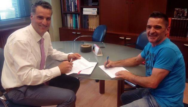 Induráin y Montañés firman el convenio.