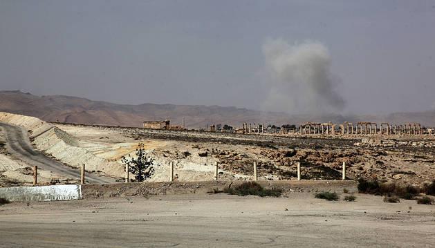 Vista de humo tras la caída de un misil en Palmira.