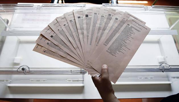Las 14 papeletas que los ciudadanos navarros podrán introducir en la urna para el Parlamento foral.