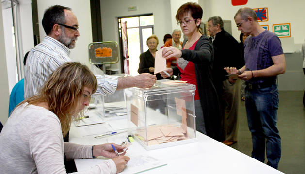 Votantes e integrantes de una mesa electoral de Estella, en los comicios forales y municipales de hace cuatro años.