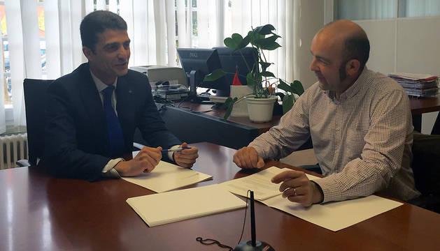 Mariano Oto (izda.) y Joaquín Mencos (dcha.), durante la firma del convenio.
