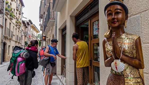 Peregrinos en la calle Rúa, acceso al Camino en Estella.