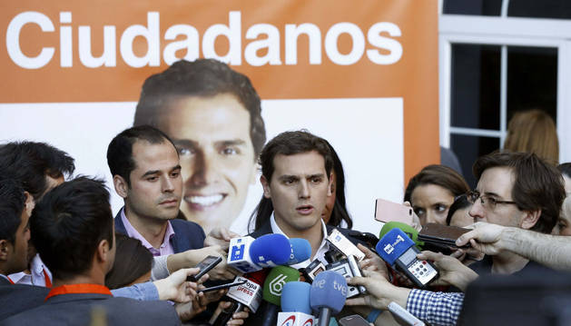El presidente de Ciudadanos, Albert Rivera, acompañado por el candidato a la presidencia de la Comunidad de Madrid, Ignacio Aguado (i), durante el acto de cierre de campaña.