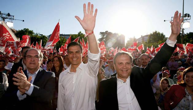 Pedro Sánchez (c), Ángel Gabilondo (i) y Antonio Miguel Carmona, en el acto electoral de cierre de campaña.