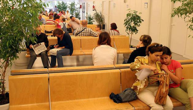 Pacientes, en una de las salas de espera del centro de consultas externas Príncipe de Viana.