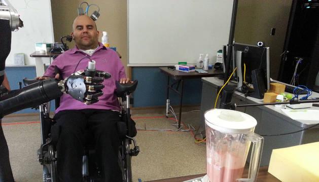 Erik Sorto usa un brazo robótico.