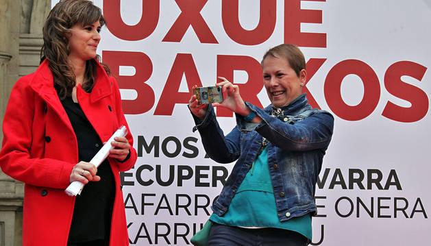 Uxue Barkos retrató con su móvil a los asistentes al fin de campaña.