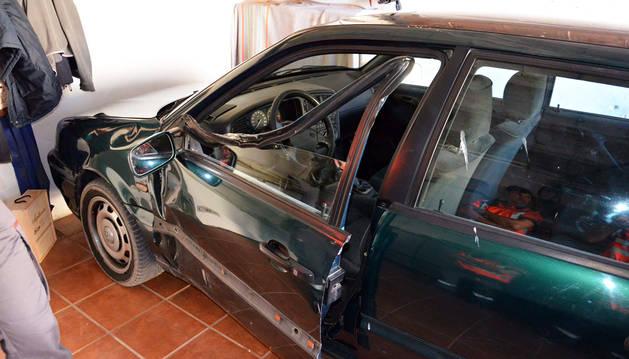 El coche de la víctima, cuya puerta quedó deformada al chocar con uno de los árboles de la finca.