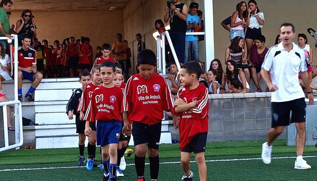 Uno de los equipos de categorías inferiores accede al campo.