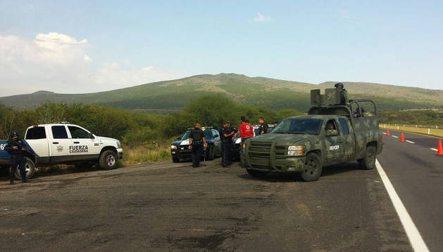 Policías federales custodian los accesos al lugar donde se produjo el tiroteo.