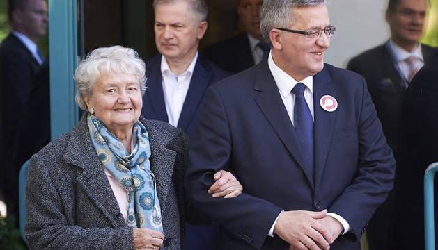 El presidente polaco, Bronislaw Komorowski, junto a su madre.
