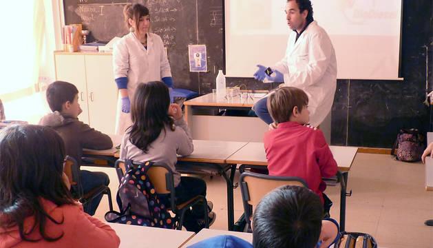 Miriam Gil y Joseba Aldasoro explican el experimento.