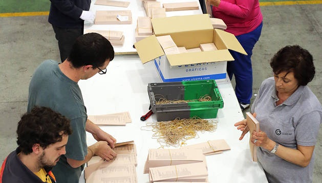 Preparación de papeletas para las mesas electorales.