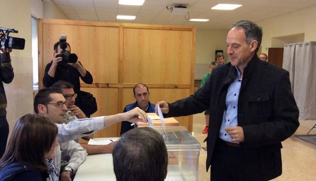 Adolfo Araiz vota en Tafalla.