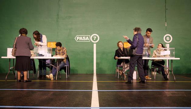 El C.P. Iturrama ha abierto sus puertas a los votantes a las 9.00 horas. Una cola de personas ya se había formado minutos antes de que las urnas recibieran las primeras papeletas.