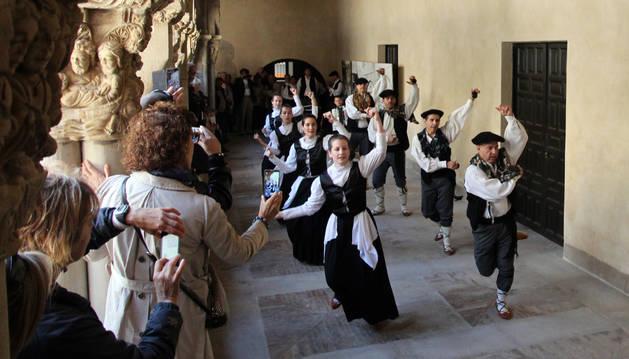 El Grupo Municipal de Danzas de Tudela 'baila' a su claustro