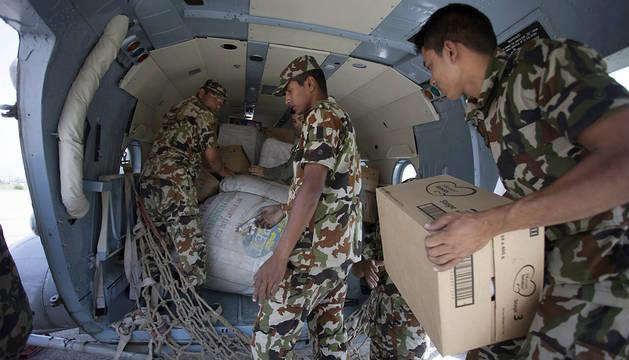 Soldados nepalíes reparten ayuda en Katmandú.