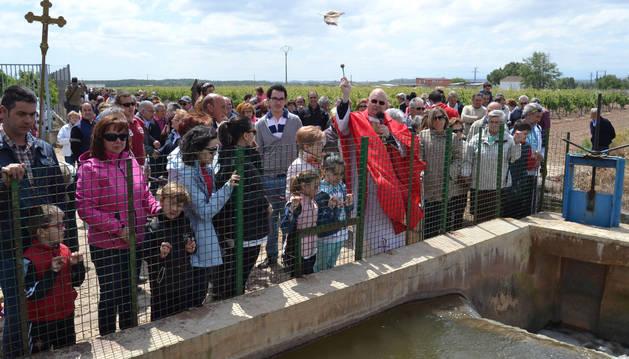 San Esteban sale para bendecir las aguas y los campos en Azagra