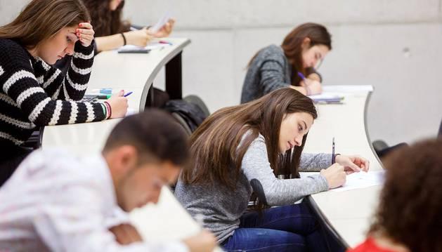 Algunos estudiantes, durante el examen.