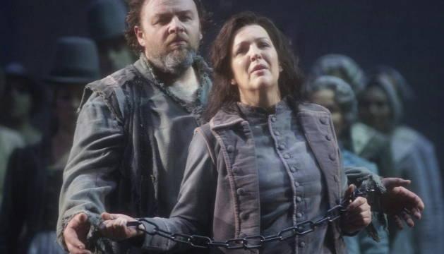 La soprano canadiense Adrianne Pieczonka y el tenor alemán Michael König, en un momento de la ópera 'Fidelio'.