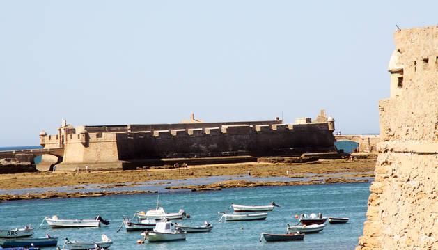 Murallas de Cádiz, con el castillo de San Sebastián al fondo.