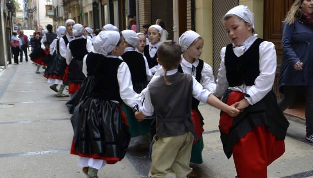 Los grupos de danzaris de Estella bailaron por las calles.