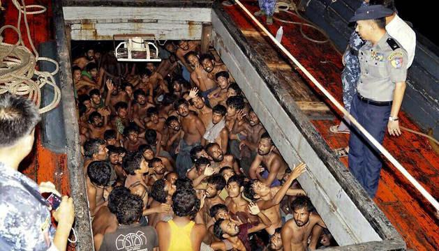 Un grupo de inmigrantes en una embarcación en Rakhine, Birmania.