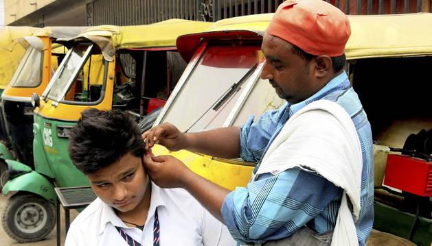 Un limpiador de orejas, en la India.