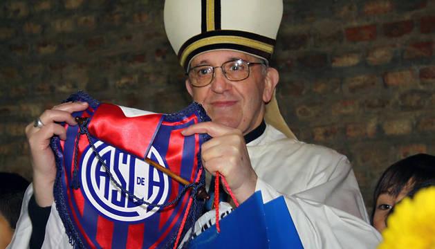 El Papa Francisco, con la camiseta de San Lorenzo.