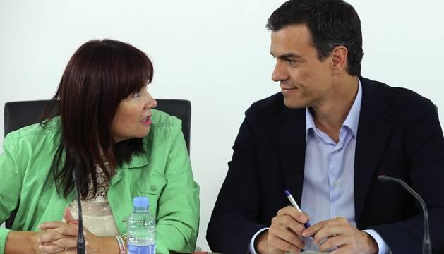 El secretario general del PSOE, Pedro Sánchez, conversa con la presidenta del PSOE, Micaela Navarro.
