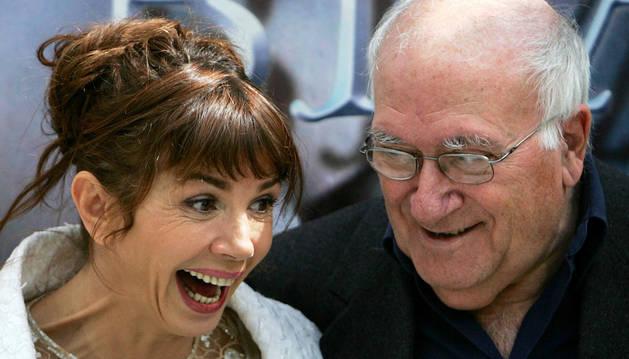 Vicente Aranda, junto a la actriz Victoria Abril.