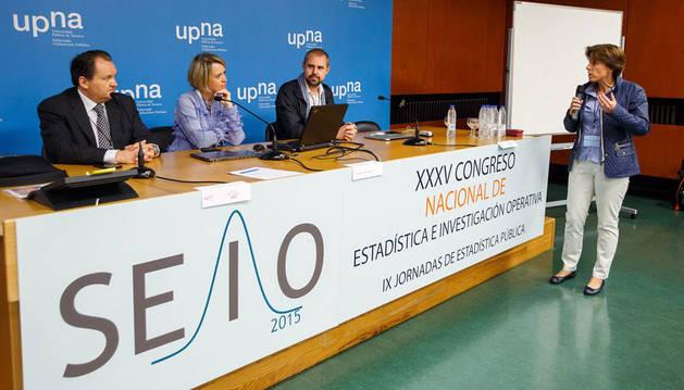 Wolfram Rozas, Carme Artigas y Marcelo Soria escuchan a Lola Ugarte, catedrática de la UPNA