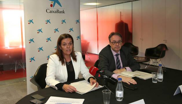Ana Díez y Marc Simón, de la Fundación la Caixa, durante el balance de las actuaciones.
