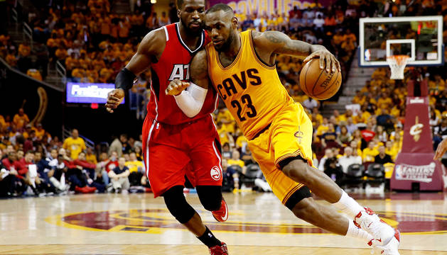 LeBron James ante DeMarre Carroll.