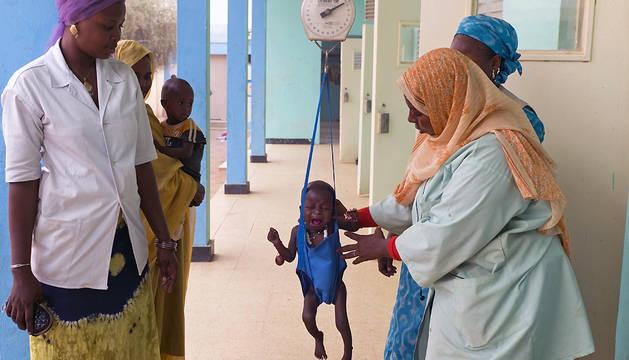Pesaje de un niño en un centro nutricional de Mauritania.