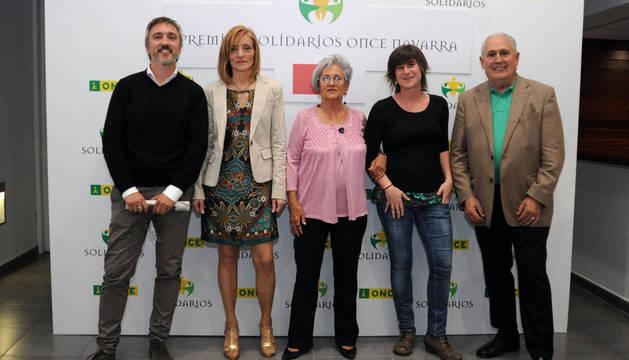 Desde la izda.: Iván Benítez (Diario de Navarra), Inmaculada Pérez (TRW Corella), la cooperante Carmen Irurita, Garazi Urrestarazu (alcaldesa de Alsasua) y Eugenio Lecumberri (Fundación Ilundáin-Haritz Berri).