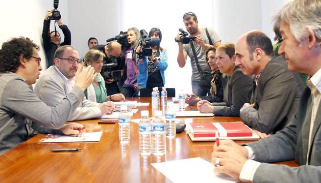 Un momento de la reunión entre representantes de Geroa Bai y de I-E.